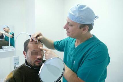 يتكين باير يقوم بجراحة لمريض