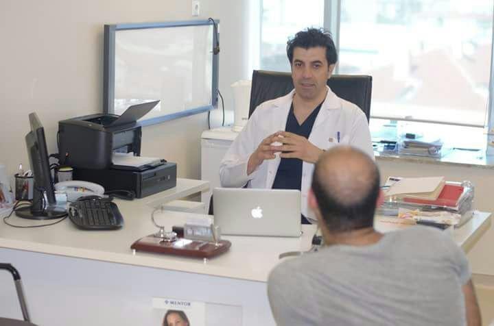 الطبيب جينيك مع احد مرضاه