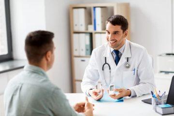 طبيب يناقش مريض حول زراعة الشعر لمرضى السكر